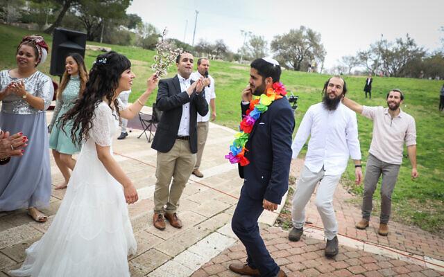 Hananel Even Hen et Shiran Habush célébrent leur mariage à Efrat, dans le Gush Etzion, le 15 mars 2020, au lendemain d'une restriction gouvernementale sur les rassemblements de plus de 10 personnes, destinée à combattre la pandémie de coronavirus. (Crédit : Gershon Elinson/Flash90)