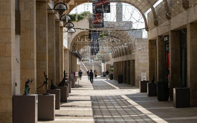 La rue piétonne de Mamilla quasi-déserte, les magasins fermés, le 16 mas 2020, en pleine pandémie de coronavirus. (Crédit : Olivier Fitoussi/Flash90)