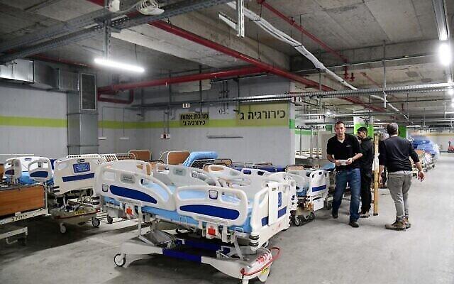 Des travailleurs préparent de nouveaux services suite à la propagation du coronavirus à l'hôpital de Tel Hashomer le 17 mars 2020. (Crédit : Flash90)