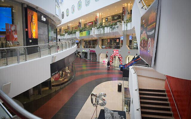 Les magasins fermés du centre commercial Dizengoff vide, à Tel Aviv le 19 mars 2020. (Crédit : Avshalom Sassoni/Flash90)