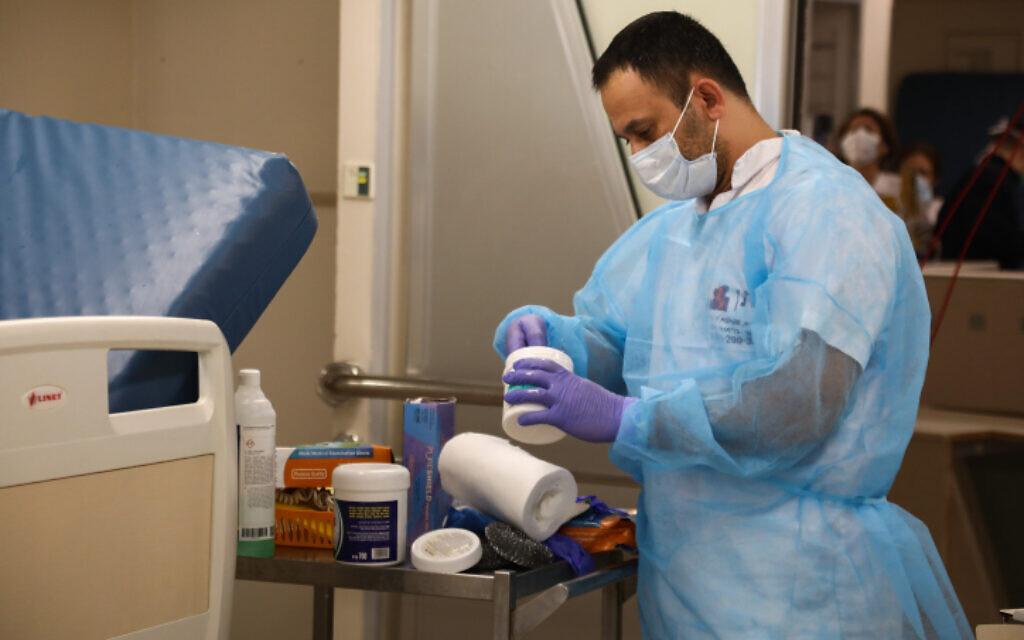 Un employé prépare des médicaments à l'hôpital Ichilov de Tel Aviv pour des personnes infectées par le coronavirus, le 19 mars 2020. (Crédit : Flash90)