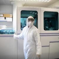 Un technicien effectue un test de dépistage du coronavirus, le 19 mars 2020. (Flash90)