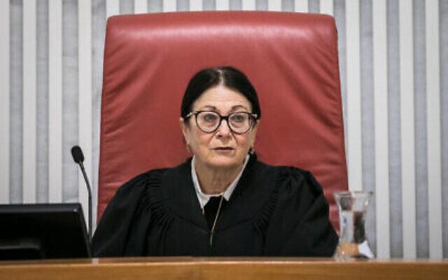 Esther Hayut, présidente de la Cour suprême, lors d'une audience sur les nouveaux pouvoirs spéciaux du Shin Bet lui permettant de suivre les déplacements des Israéliens à l'aide des données de localisation de leur téléphone portable, destinés à combattre la propagation du coronavirus, le 19 mars 2020. (Olivier Fitoussi/Flash90)