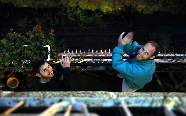 Les habitants de Jérusalem sur leurs balcons, applaudissent les soignants mobilisés pour la lutte contre le coronavirus, le 19 mars 2020. (Crédit : Yossi Zamir/Flash90)