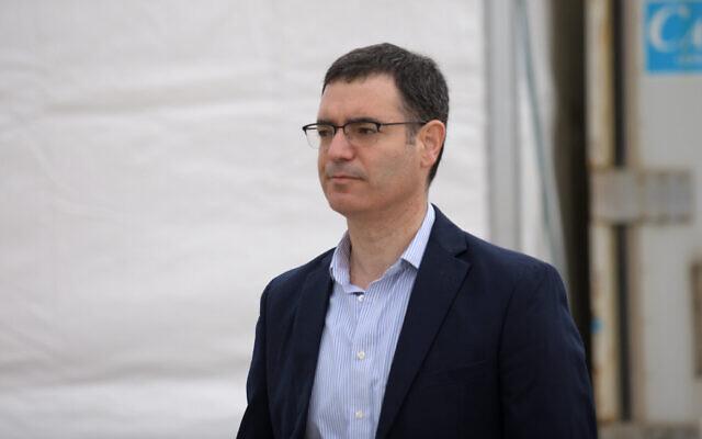 Le directeur-général du ministère de la Santé, Moshe Bar Siman-Tov, sur un site de testage au coronavirus type drive-in à Tel Aviv, le 20 mars 2020 (Crédit : Tomer Neuberg/Flash90)