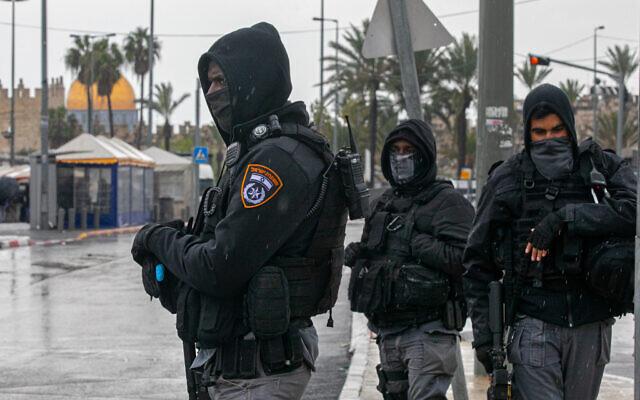 Des policiers israéliens montent la garde aux abords de la Vieille Ville, le 20 mars 2020 à Jérusalem. (Olivier Fitoussi/Flash90)