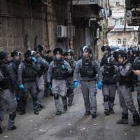 Des policiers israéliens dans le quartier juif ultra orthodoxe de Meah Shearim fermant des magasins et dispersant des rassemblements publics suite aux décisions du gouvernement dans le but de contenir la propagation du coronavirus, le 22 mars 2020. (Crédit : Yonatan Sindel/Flash90)