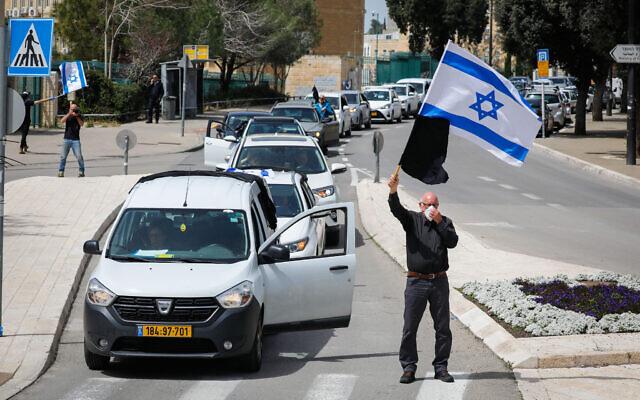 Des manifestants participent à une manifestation contre les actions gouvernementales présentées comme des précautions dues à l'épidémie de coronavirus mais qu'ils considèrent comme antidémocratiques, ici devant la Knesset à Jérusalem, le 23 mars 2020. (Olivier Fitoussi/Flash90)