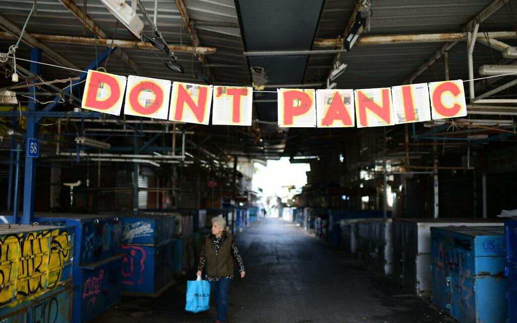Le marché Carmel de Tel Aviv, désert et fermé, en pleine pandémie de coronavirus, le 23 mars 2020. (Crédit : Tomer Neuberg/Flash90)