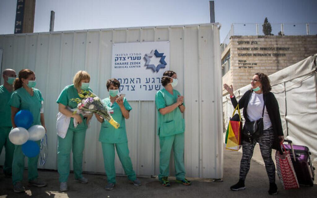 Simcha Friedman, une patiente du Centre médical Shaare Zedek qui a guéri du coronavirus, après sa sortie du Centre médical Shaare Zedek à Jérusalem, le 24 mars 2020. (Yonatan Sindel/Flash90)