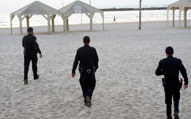 La police patrouille sur les plages de Tel Aviv, le 25 mars 2020. (Crédit : Avshalom Sassoni/Flah90)