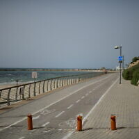 La promenade et la plage, vides, dans la ville de Tel Aviv, le 27 mars 2020. (Crédit : Tomer Neuberg / Flash90)