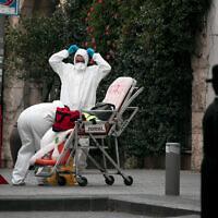 Des secouristes du Magen David Adom en tenue de protection à Jérusalem, le 28 mars 2020. (Olivier Fitoussi/Flash90)