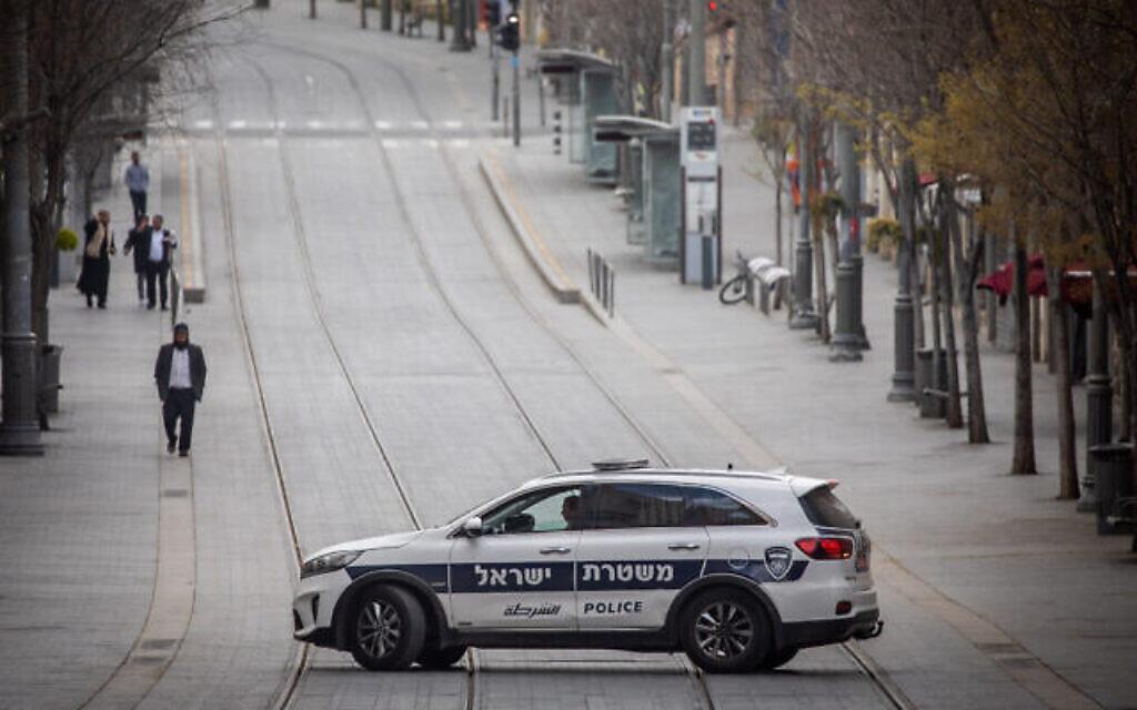 La police patrouille sur Jaffa Street à Jérusalem, le 28 mars 2020 (Crédit :  Yonatan Sindel/Flash90)