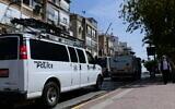 La police patrouille dans la ville juive ultra-orthodoxe de Bnei Brak, le 30 mars 2020. (Tomer Neuberg/Flash90)