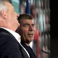 Benny Gantz (à gauche) et Gabi Ashkenazi lors d'un événement de la campagne Kakhol lavan à Kfar Saba, le 12 février 2020. (Gili Yaari/Flash90)