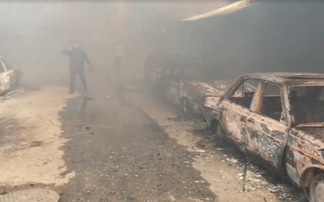 Une rue enfumée dans le camp de réfugiés de Nuseirat à Gaza après qu'un incendie a éclaté le 5 mars 2020. (Capture d'écran : Al-Aqsa TV)
