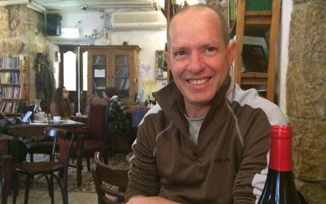 David Ehrlich, fondateur et copropriétaire du café littéraire Tmol Shilshom à Jérusalem. (Crédit : Renee Ghert-Zand/TOI)