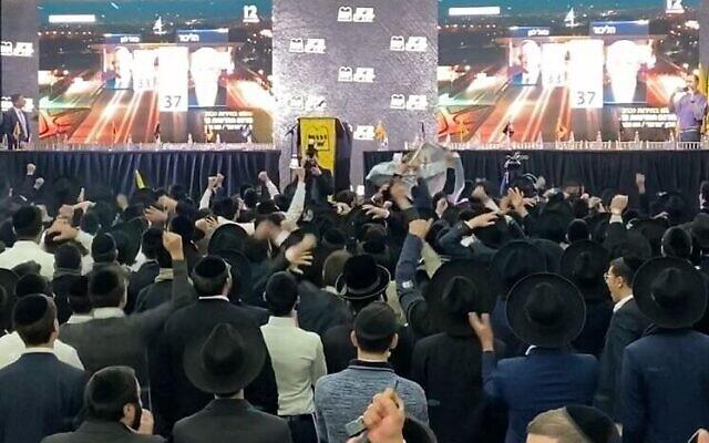 Scène de liesse aux quartiers généraux du parti Shas, à l'annonce des résultats du scrutin du 2 mars 2020. (Crédit : Jacob Magid/Times of Israel)