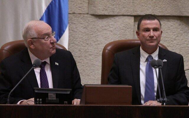 Le président Reuven Rivlin (à gauche) et le président de la Knesset Yuli Edelstein à la Knesset lors d'une session plénière spéciale marquant le 50e anniversaire de l'édifice du Parlement, le 19 janvier 2016. (Crédit : Yonatan Sindel / Flash90)