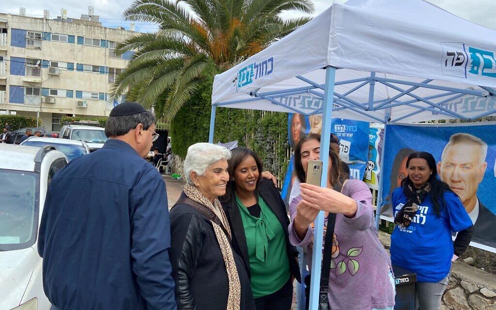 Pnina Tamano Shata, députée Kakhol lavan, prend une photo avec des partisans devant un bureau de vote à Kiryat Malachi le 2 mars 2020. (Jacob Magid/Times of Israel)