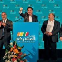 Ayman Odeh (C), leader du parti Hadash qui fait partie de l'alliance de la Liste arabe unie, intervient avec d'autres leaders au siège de Shefa Amr, le 2 mars 2020, après la fermeture des bureaux de vote. (Crédit : Ahmad GHARABLI / AFP)