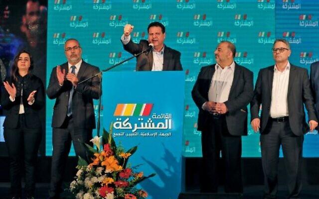 Ayman Odeh, au centre, leader du parti Hadash qui fait partie de la Liste arabe unie, lors d'un discours avec les autres dirigeants de l'alliance au siège électoral de l'union à Shefa-Amr, le 2 mars 2020 (Crédit : Ahmad GHARABLI / AFP)