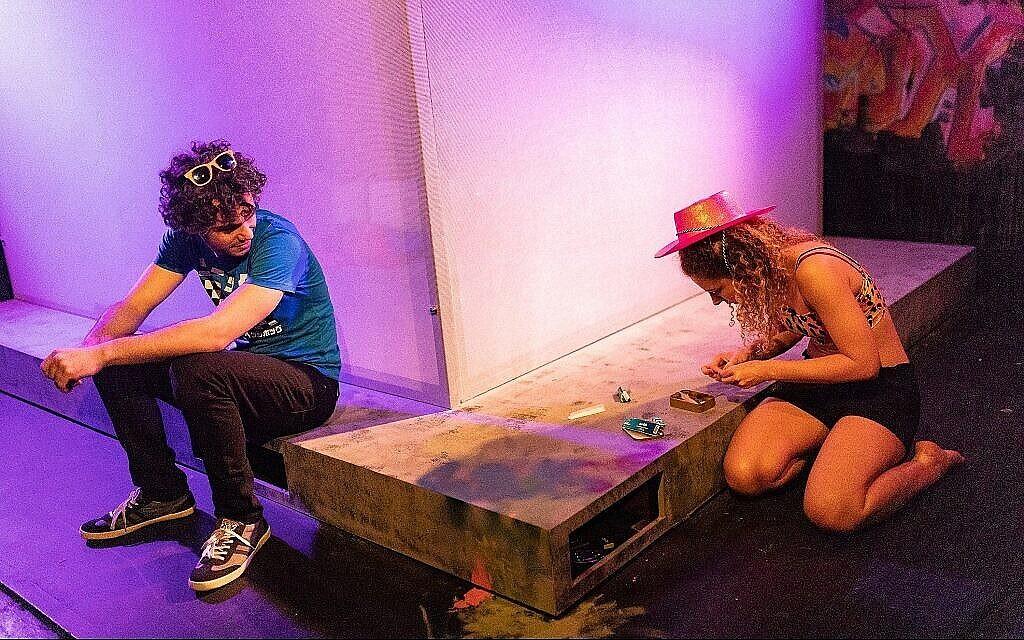 Robert Neumark-Jones incarne Jesse et Asha Reid joue Alex dans la pièce de Stephen Laughton : 'One Jewish Boy.' (Autorisation)