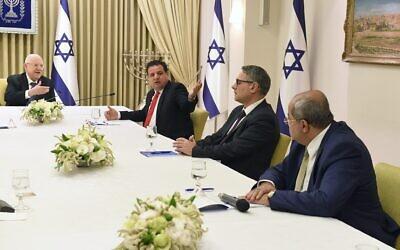 Le président Reuven Rivlin (à gauche) rencontrant les dirigeants du parti de la Liste arabe unie (de gauche à droite) Ayman Odeh, Mtanes Shihadeh et Ahmad Tibi, à la Résidence du Président à Jérusalem, le 15 mars 2020. (Mark Neyman/GPO)