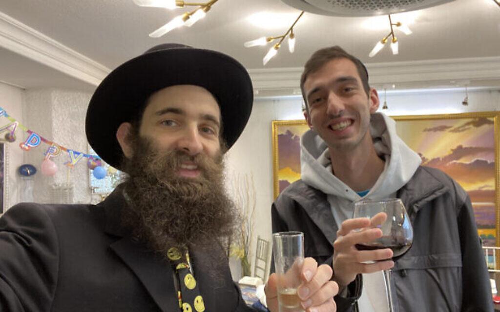 Le rabbin Osher Litzman, à gauche, fait la fête avec un fidèle lors des célébrations de Pourim, dans un centre Habad à Séoul, en Corée du Sud, en mars 2020. (Autorisation)