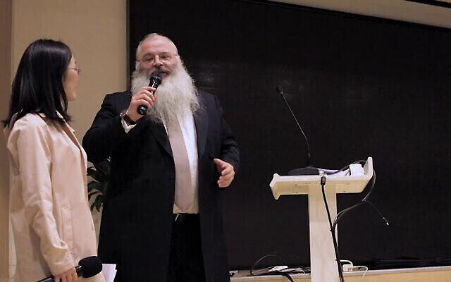 Le rabbin Shimon Freundlich dans un hôpital de Pékin, en 2018. (Autorisation : Habad Chine via JTA)