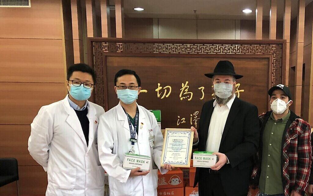 Le rabbin Shalom Greenberg a distribué des milliers de masques et de kits d'aide aux Juifs et aux non-Juifs dans le quartier de Hongkou à Shanghai. (Crédit : Habad Shanghai)
