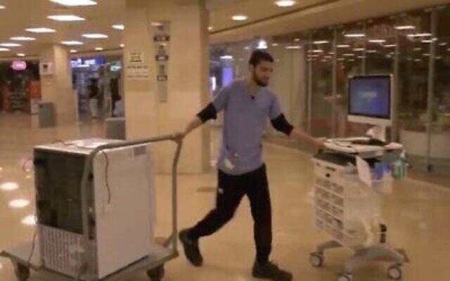 Un employé du centre hospitalier Rambam à Haïfa déplace des équipements vers une aile spéciale destinée au traitement du coronavirus, le 29 février 2019. (Capture écran : Twitter)