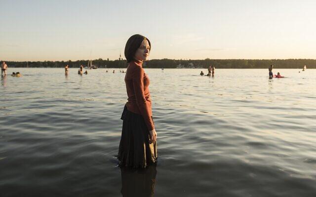 Shira Haas dans 'Unorthodox' de Netflix (Crédit : Anika Molnar/Netflix)