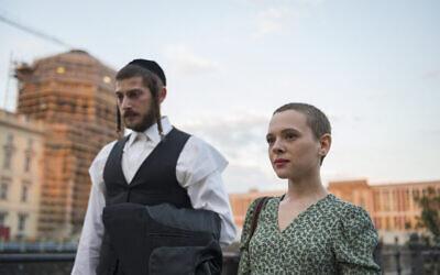 Amit Rahav (Yanky) et Shira Haas (Esty) dans la série Netflix 'Unorthodox'. (Crédit : Anika Molnar/Netflix)
