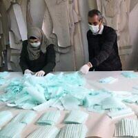 Les employés d'une usine de Hébron fabriquent des masques pour le marché palestinien (Autorisation : Amjad Zughayir)