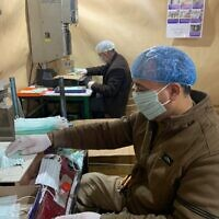 Les employés d'une usine de Hébron fabriquent des masques pour le marché palestinien en Cisjordanie (Autorisation : Amjad Zughayir)