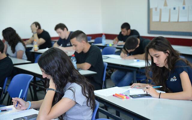 Illustration : Des lycéens à Holon, dans le centre d'Israël, le 21 mai 2013. (Yossi Zeliger/Flash90)