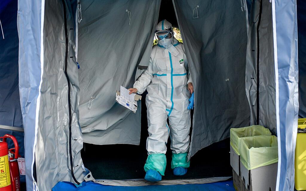 Le personnel médical quitte l'une des structures d'urgence mises en place pour faciliter les procédures à l'extérieur de l'hôpital de Brescia, en Italie du Nord, le 10 mars 2020. (Claudio Furlan/LaPresse via AP)