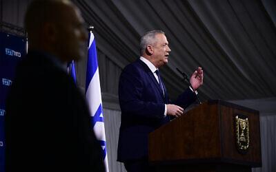 Le président du parti Kakhol lavan, Benny Gantz, tient une conférence de presse à Ramat Gan, le 26 février 2020. (Tomer Neuberg/Flash90)