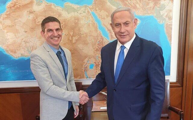 Evan Cohen, à gauche avec Benjamin Netanyahu (Crédit : GPO)