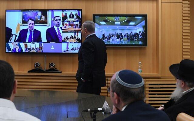 Le Premier ministre Netanyahu s'adresse aux dirigeants européens lors d'une vidéoconférence au ministère des Affaires étrangères à Jérusalem, le 9 mars 2020 (Crédit : Koby Gideon/GPO)