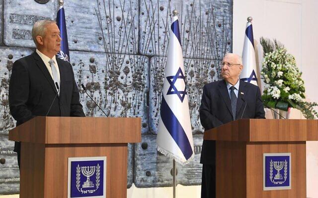 Le président Reuven Rivlin (à droite) charge le président de Kakhol lavan, Benny Gantz, de former un gouvernement lors d'une cérémonie à la résidence du président à Jérusalem, le 16 mars 2020. (Mark Neyman/GPO)