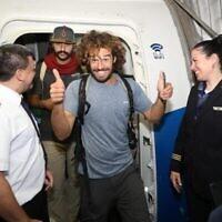 Un routard israélien débarque d'un vol El Al en provenance de Lima, Pérou, à l'aéroport Ben Gurion de Tel Aviv, mars 2020 (Sivan Farage)