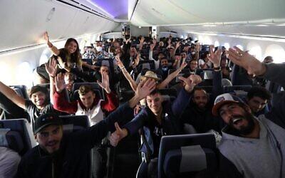 Des centaines de randonneurs israéliens à bord d'un El Al Dreamlimer les emmenant de Lima, au Pérou, à Tel Aviv, en mars 2020. (Sivan Farage)