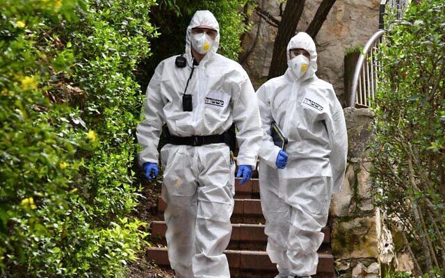 Des agents de la police israélienne s'assurent que les Israéliens respectent les réglementations gouvernementales visant à freiner le coronavirus, dans une photographie non datée. (Police israélienne)