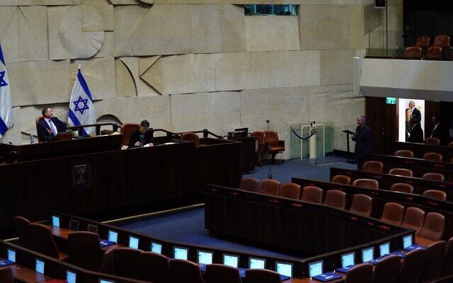 Des députés votent un par un en séance plénière de la Knesset pour former quatre commissions, dont la commission sur le coronavirus, le 24 mars 2020. (Adina Veldman/Knesset)