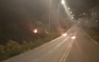 Des cocktails Molotov jetés sur un véhicule de la police des Frontières devant l'implantation de Yitzhar, le 27 mars 2020. (Crédit : police des frontières)
