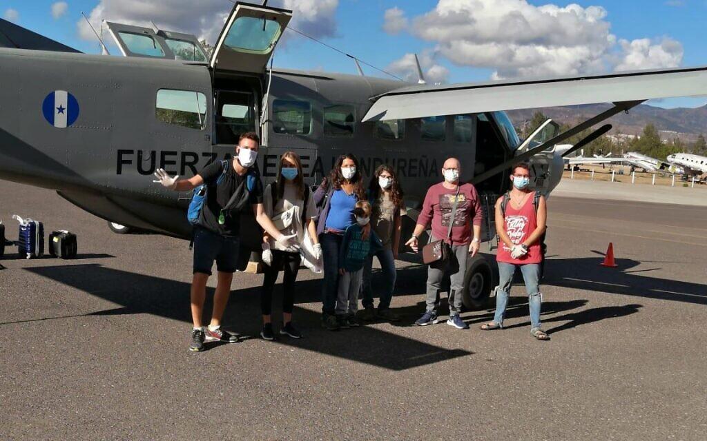 Des routards israéliens embarquent à bord d'un avion militaire au Honduras pour rentrer en Israël, le 26 mars 2020. (Crédit: armée du Honduras)