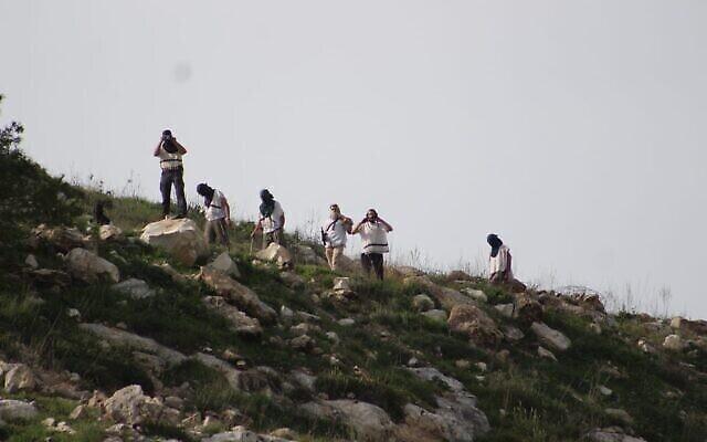 Des résidents de Homesh jettent des pierres sur des Palestiniens, le 26 mars 2020. (Crédit : Yesh Din)